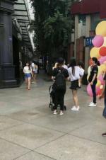 网友偶遇Angelababy 怀抱小海绵穿短裤背影软萌