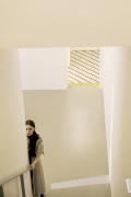 娜扎登雜志雙封面 穿梭純白空間詮釋未來科技風