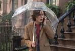 """伍迪·艾伦执导,""""甜茶""""蒂莫西·柴勒梅德、艾丽·范宁、""""傻脸""""赛琳娜·戈麦斯、裘德·洛等主演的《纽约的一个雨天》曝光了一组新剧照。此番曝光的剧照中,出现了蒂莫西、赛琳娜和艾丽的新镜头。"""