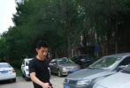 近日,有網友曬出張繼科現身天津科技大學的照片。當天,張繼科一身酷黑休閑裝現身校園,一現身校園立刻被眾多迷妹們團團包圍求簽名。