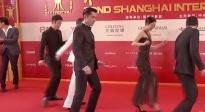 《南方车站的聚会》剧组亮相红毯 胡歌、廖凡现场比拼舞技