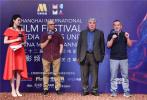 第二十二屆上海國際電影節電影頻道傳媒關注單元于6月16日中午正式開幕。自16日下午起,為期四天的入圍影片展映及主創見面交流活動也在上海影城拉開帷幕。首日展映的三部入圍影片分別為《鼠膽英雄》《穿越時空的呼喚》及《遠去的牧歌》,成功收獲來自評委及觀眾的歡笑、淚水與掌聲。束煥、岳云鵬、田雨、章家瑞、宋寧峰、張延、阿迪夏·夏熱合曼、周軍、馬合沙提·卡德爾汗等入圍影片主創同步參與到相應的見面交流環節,與現場主持人及觀眾展開熱烈的互動交流。
