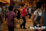 """由刁亦男執導、胡歌、桂綸鎂、廖凡、萬茜、奇道等主演的電影《南方車站的聚會》在上海國際電影節連續三天""""營業"""",從開幕式紅毯上主創齊跳16步廣場舞,到爆料8月上映的武漢話配音片段,層出不窮的驚喜表現令觀眾激動不已,并在多個社交平臺登上熱搜榜,引發模仿和打call風潮。更有不少觀眾對影片8月上映的消息倍感興奮,紛紛表示""""南方車站,8月不見不散""""。"""