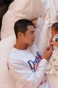 姜潮麦迪娜一家三口合照首曝光 宝宝持续优良基因