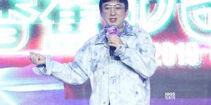 """王思聰頒發""""香蕉計劃""""獎項 鮑德熹合作新人導演"""