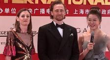 """上海國際電影節閉幕式 暖心的""""抖森""""在紅毯上為粉絲們簽名"""