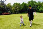 周杰倫和兒子同框花園散步 同戴墨鏡步伐都一致