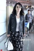 48岁俞飞鸿现身机场 皮衣配花裙气质优雅迷人