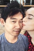 导演温子仁晒照宣布结婚喜讯 娇妻英格丽美艳动人