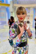 泰勒·斯威夫特日本录综艺 双手抱小猫直呼想带走