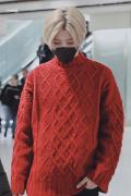 红色阿凡达?蔡徐坤进修后归国 趣味毛衣金发吸睛