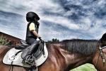 靳东晒照为儿子庆生 5岁儿子戴头盔骑马超有范