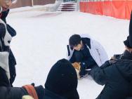 网友滑雪场偶遇王俊凯拍摄 披羽绒服雪地里撸柴犬