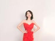 绝美红天鹅!宋茜穿红色蝴蝶抹胸纱裙秀肩颈美背