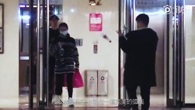 bob官网:张靓颖和新男友逛街,一个小动作让网友都大呼