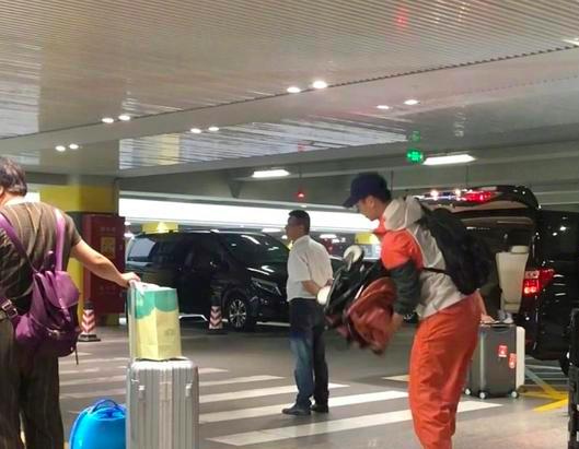 朱亚文与妻昆裔儿现身机场4岁的哈哈就有大长腿