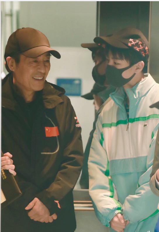 王俊凯机场偶遇张艺谋,秒变小可爱聊天毕恭毕敬