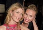 寡姐出席英国电影学院奖派对 和劳拉·邓恩合照