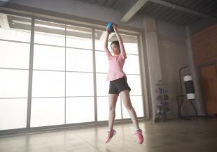 32岁刘亦菲素颜皮肤白皙 穿运动装锻炼身材状态好