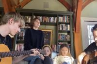 温馨有爱!伊桑·霍克携四子女居家开小型演唱会