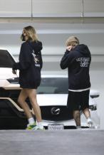 比伯和老婆穿情侣装出街 海莉下衣失踪秀漫画腿