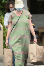 水果姐产女后首现身 穿绿色印花长裙难遮丰腴身材
