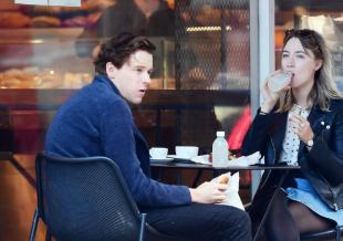 太甜了!罗南和劳登携爱犬出街 神仙情侣这样约会