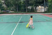 董子健为女儿庆祝三岁生日 大福拖着网球拍出场