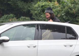 基努·里维斯与女友车边吻别 甜蜜日常每周上演!