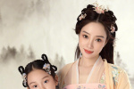 李小璐晒旗袍照为甜馨庆生 母女俩古装扮相气质佳