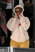 卡迪·B用丝巾严实包脸 穿字母卫衣表示不愉快心情