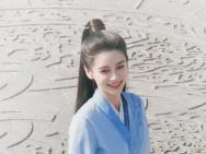 Angelababy新剧路透曝光 穿蓝裙笑靥如花心情好