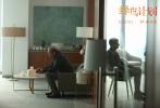 """电影《蜂鸟计划》发布""""速度与金钱""""版预告,影片此前已定档1月29日。该片由奥斯卡最佳外语片提名作品《战地巫师》导演阮金执导、奥斯卡提名影帝""""卷西""""杰西·艾森伯格(《惊天魔盗团》系列,《社交网络》)、艾美奖得主""""E大""""亚历山大·斯卡斯加德(《泰山归来:险战丛林》)领衔主演。"""