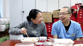《杭州日夜》发布曹珊夫妻特辑 向能打硬仗的医护夫妇致敬