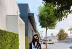 1月31日,刘亦菲在微博晒出一组拍摄广告时的幕后照,并感谢了合作方。照片中,刘亦菲推着行李箱拿着包包下班的图,也有披头散发和工作人员的自拍,还有妆容精致坐在椅子上等待拍摄的现场照,她完全没有偶像包袱,接地气又很真实。