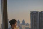 2月1日,工作室发布了一组王俊凯《DRIFT》冬季刊拍摄花絮照,清俊少年倚靠在落地窗前尽显温柔姿态,和煦的金色暖阳洒在身上肆意慵懒,敞开的白衬衫领口,精致锁骨若隐若现散发成熟魅力,这样的画面比夏日艳阳还炙热,谁不和这样的少年人一起逐光前行!