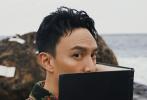 2月2日,张振登《Madame Figaro HOMMES》创刊号封面大片曝光。海浪礁石,湿冷空气,海风吹乱书籍的扉页,玄色岩滩上飞扬着雪白的布料,张震在自然环境中释放真我,尽显文艺型男的魅力。