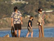 星爵一家四口海边漫步 女儿侧颜可爱被爱妻抱怀中