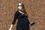 石头姐挺7个月孕肚出街 独自开车搬东西不在话下