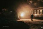 """2月22日,剧照师谭玉龙在个人社交平台分享了四张电影《驯鹿》的片场照,并配文称""""杀青!江湖见!"""""""