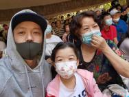 王栎鑫带一双儿女海边游玩 离婚后首分享私人动态