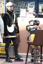 谢楠2岁幼子身高瞩目 吴所谓机场护弟对镜头摆手