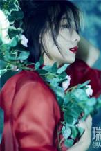 王珞丹森系氛围感封面上线 造型惊艳诠释别样风情