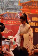 Angelababy穿汉服成都庆生 带儿子与粉丝吃火锅