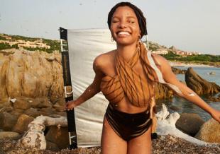 真人版《小美人鱼》哈莉·贝利 海滩写真笑容自信