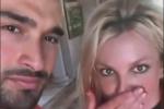 布兰妮宣布与27岁男友订婚 高调秀超大钻戒放闪