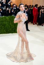 性感身材一览无余!超模肯豆透视裙闪耀2021Met