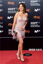 西班牙女星佩内洛普亮相圣塞 流苏吊带裙性感火辣
