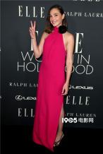 盖尔·加朵现身好莱坞女性盛典 对镜比耶俏皮可爱