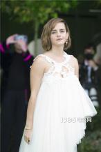 艾玛·沃特森现身伦敦某活动 白色纱裙秀性感美背